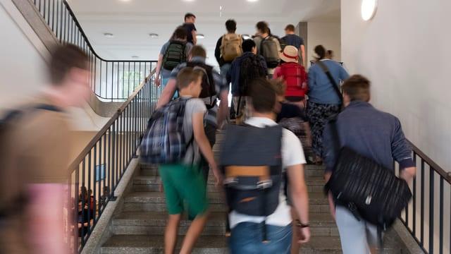 Schüler in einem Treppenhaus