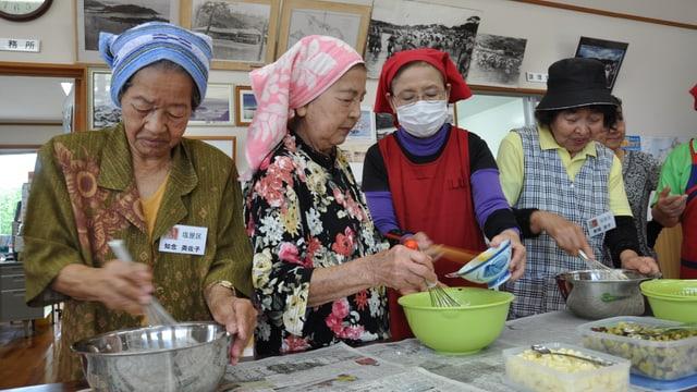 Frauen auf der Insel Okinawa