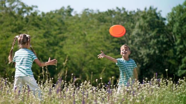 Zwei Kinder am spielen in der Natur