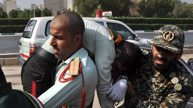 In schuldà iranais salva in camarat blessà en l'attatga sin ina parada militara en l'Iran.