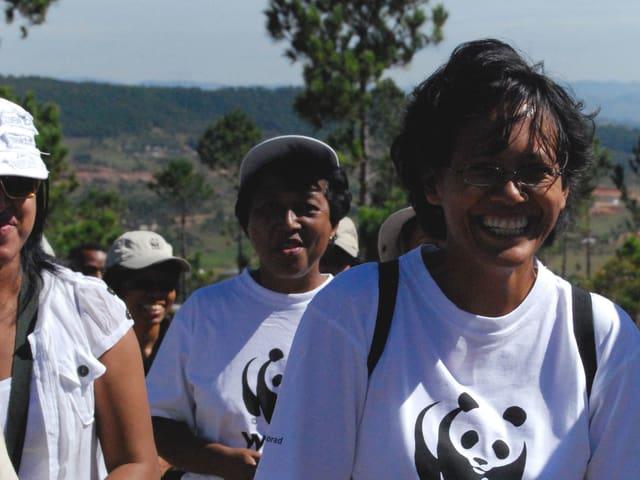 Eine Gruppe lächelnder Frauen in WWF-Shirts.