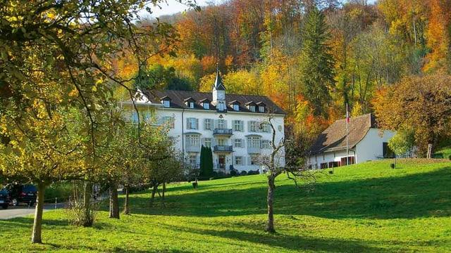 Hotel Schauenburg in herbstlichem Wald