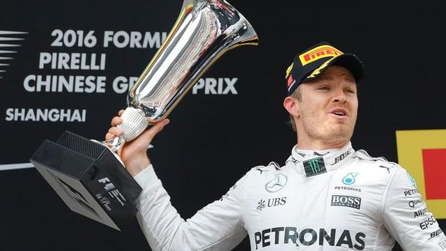 Il pilot da furmla 1 Nico Rosberg cun ses pucal ch'el ha gudagnà a Shanghai