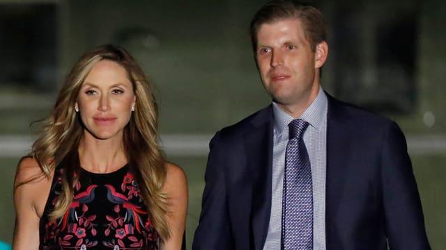 Eric und Lara Trump halten Händchen.
