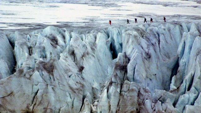 Bergsteiger gehen über einen Gletscher