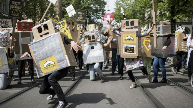 enschen demonstrieren als Roboter verkleidet in Zürich.