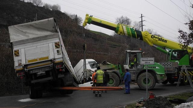 Ein Pneukran hebt den Lastwagen aus dem Bachbett.