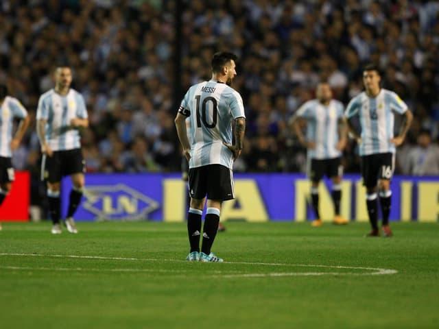 Messi steht ernüchtert auf dem Rasen.