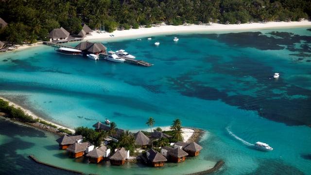 Blick auf eine Hotelanlage auf einer Insel.