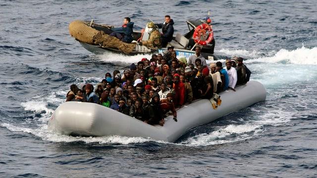 Flüchtlinge nach der Rettung durch die Italienische Marine (November 2013)