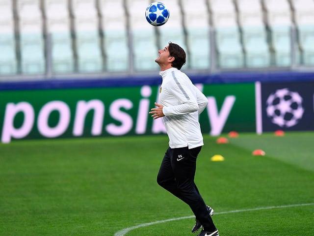 Fussball-Trainer jongliert.