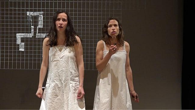 Vanda Beffa (sanester), sco giuvna Emilie e Sabina Fehr (dretg) sco veglia Emilie.