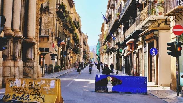 Wenig bevölkerte Strasse in Palermo.