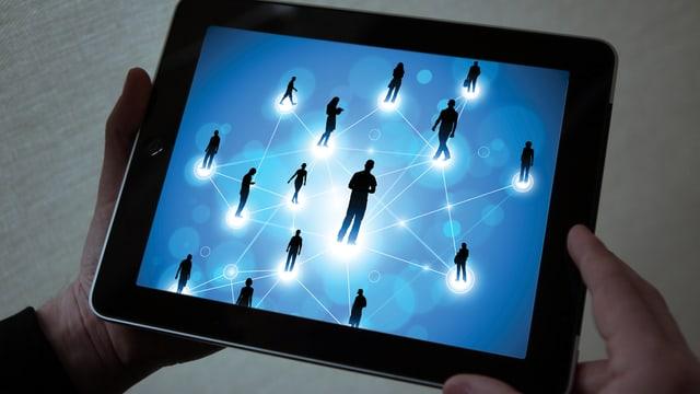 Tablet mit vernetzten Schattenmenschen