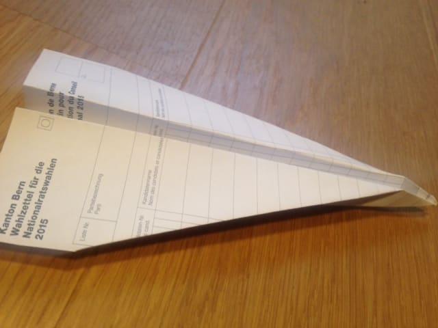 Wahlzettel einen Papierflieger