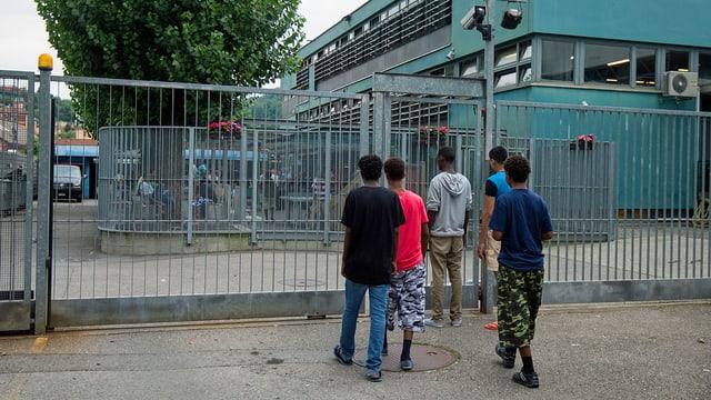 Mehrere Personen stehen vor Asylheim