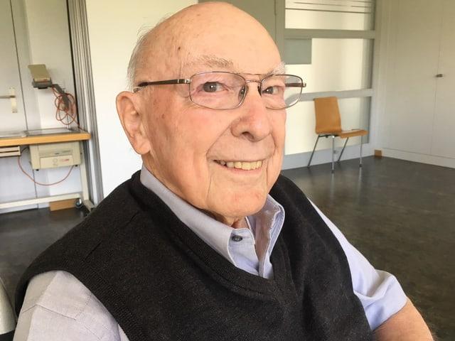 Ein älterer Mann mit Brille.