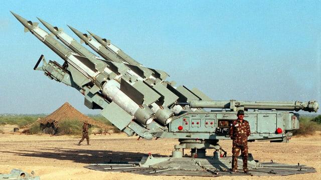 Soldat vor Raketen.