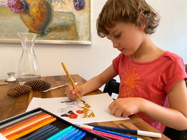 Kind malt Bild aus