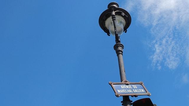 Eine Strassenlaterne mit einem Schild, auf dem «Avenue de Maréchal Gallieni» steht.