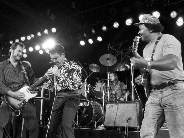 Claude Nobs spielt 1988 Mundharmonika, begleitet von Steve Cropper (l.), von der Blues Brothers Band.