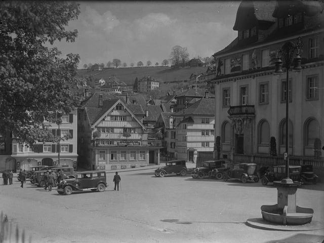 Obstmarkt und Regierungsgebäude in Herisau um 1930.
