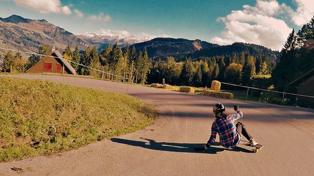 Tamara Prader: Eine der weltbesten Downhillboarderinnen in Action.
