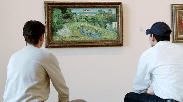 Zwei Besucher betrachten sitzend ein van Gogh-Bild