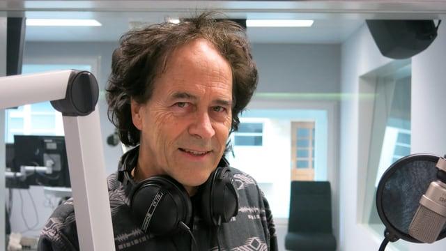 Der Berner Liedermacher Roland Zoss beim Gespräch im Radiostudio Bern.