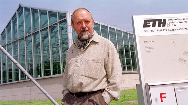 Ingo Potrykus vor dem Institut für Pflanzenwissenschaften der ETH Zürich.