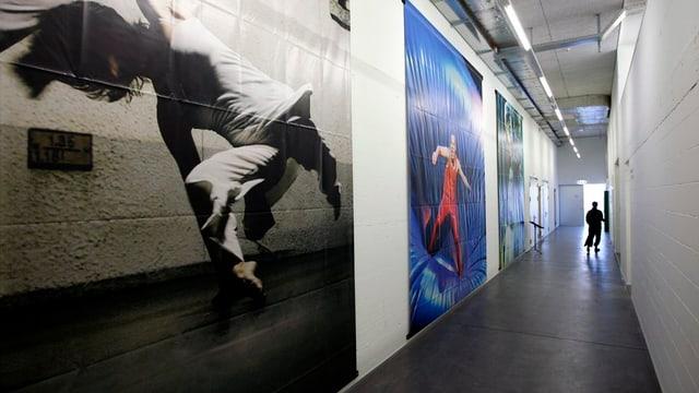 Ein langer Gang mit Tanzbildern an den Wänden.