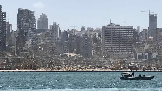 Zerstörte Gebäude vom Wasser aus fotografiert