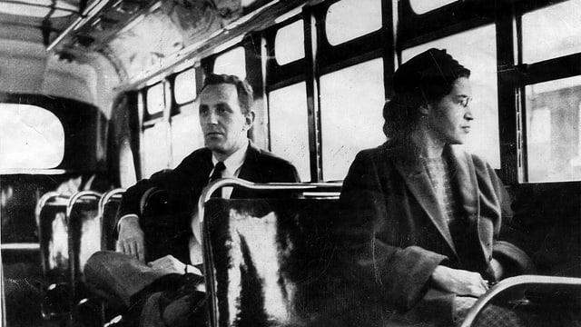 Rosa Park sitzt im Bus neben einem Weissen