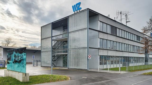 Blick auf ein Gebäude mit Schrifttzug WWZ.