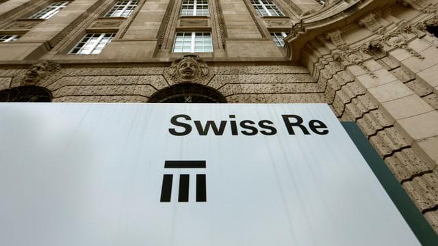 bajetg da crap, davant il logo da Swiss Re