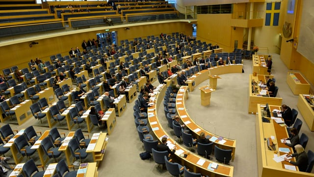 Das Bild zeigt Sitzreihen im Schwedischen Parlament.