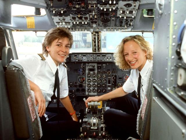 Zwei Frauen im Cockpit