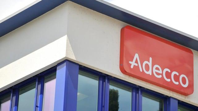 Adecco-Logo unter dem Flachdach eines Firmengebäudes