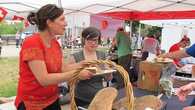 Daniela Fischer verkauft Schweizer Kalbsbratwurst auf einem «Street Food Market».