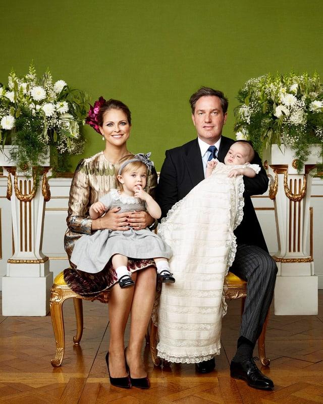 Prinzessin Madeleine, Prinzessin Leonore, Chris O'Neill und Prinz Nicholas posieren für die Fotografen.
