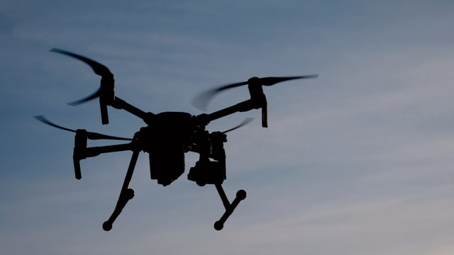 Eine Drohne am Himmel.