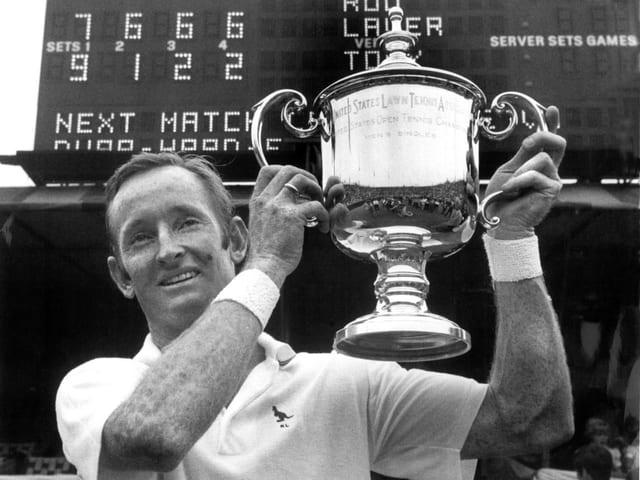 Rod Laver im Jahr 1969 mit der US-Open-Trophäe, die ihm den Grand Slam brachte.
