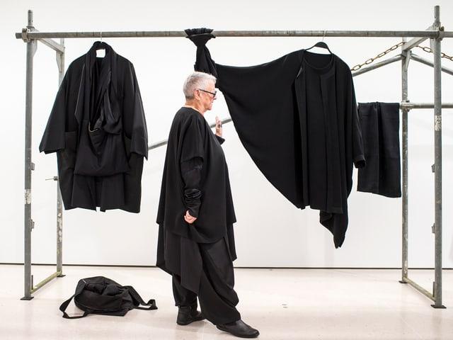 Christa de Carouge vor zwei ihrer Kleider