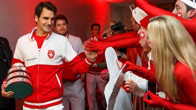 Die Freude des Publikums ist gross. Federer und Wawrinka werden nach ihrem Erfolg gefeiert.