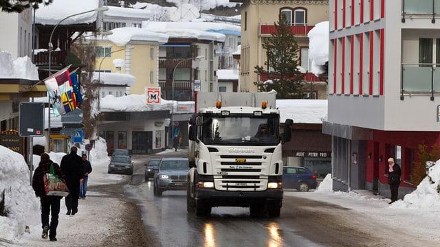 Strasse im Winter mit entgegenkommendem Lastwagen