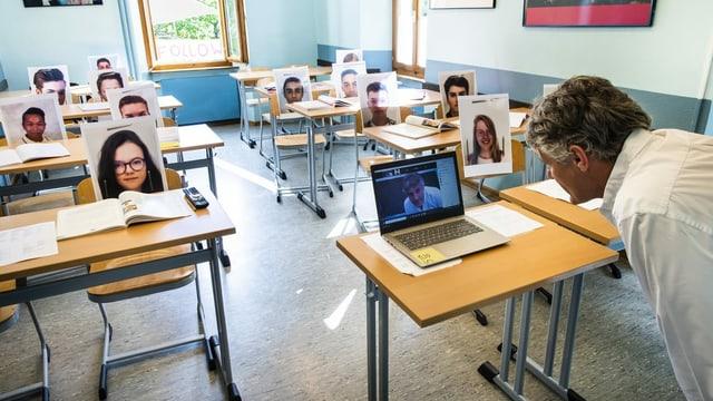 ein Lehrer organisiert einen Videocall mit seiner Klasse