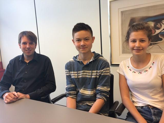 Thomas Jenni, Lehrer der Pilotklasse mit Marina und Mario. Die beiden 14-jährigen wurden ausgelost.