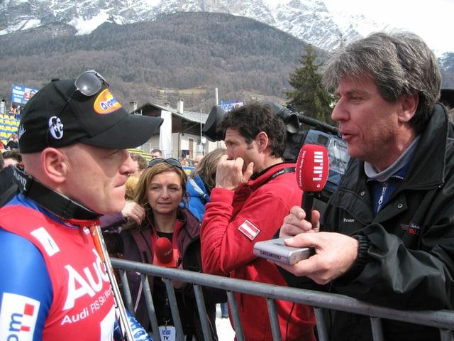 Bernhard Schär interviewt im Zielraum Didier Cuche.
