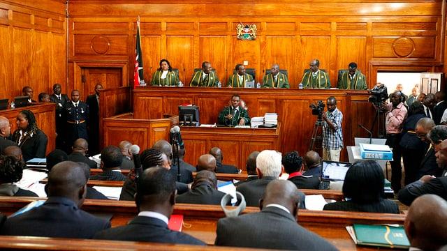 Menschen in Gerichtssaal
