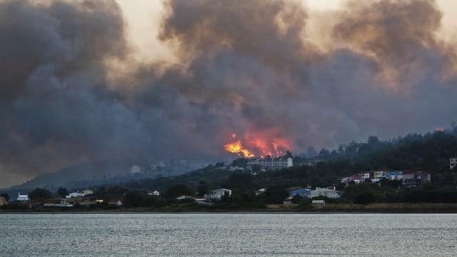 Incendi vi d'ina costa al mar en la Grezia.